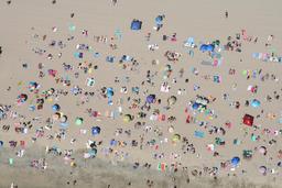 Plage vue du ciel. Source : http://data.abuledu.org/URI/542963cb-plage-vue-du-ciel