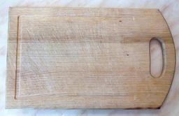 Planche à découper en bois. Source : http://data.abuledu.org/URI/50ff2f0e-planche-a-decouper-en-bois