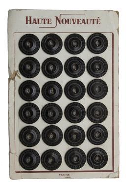 Planche de vingt-quatre boutons noirs. Source : http://data.abuledu.org/URI/522ee5ce-planche-de-vingt-quatre-boutons-noirs