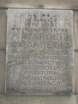 Plaque commémorative de Karol Adamiecki à Varsovie. Source : http://data.abuledu.org/URI/52c41b04-plaque-commemorative-de-karol-adamiecki-a-varsovie