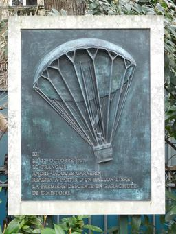 Plaque commémorative du premier saut en parachute. Source : http://data.abuledu.org/URI/5399c518-plaque-commemorative-du-premier-saut-en-parachute