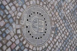 Plaque d'égoût avec blason de Prague. Source : http://data.abuledu.org/URI/53a83dcd-plaque-d-egout-avec-blason-de-prague