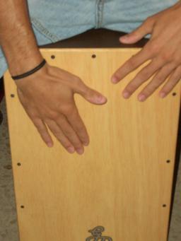 Plaque de frappe d'un cajón. Source : http://data.abuledu.org/URI/53048d4c-plaque-de-frappe-d-un-caj-n