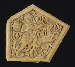 Plaque en ivoire gravée. Source : http://data.abuledu.org/URI/52ee9a89-plaque-en-ivoire-gravee