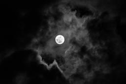 Pleine lune et nuages. Source : http://data.abuledu.org/URI/551367e0-pleine-lune-et-nuages