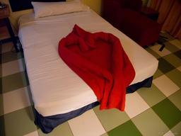 Pliage de serviette en forme de coeur. Source : http://data.abuledu.org/URI/53424b60-pliage-de-serviette-en-forme-de-coeur