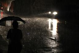 Pluie nocturne en ville. Source : http://data.abuledu.org/URI/54cce7fd-pluie-nocturne-en-ville
