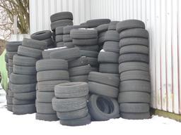 Pneus usés empilés sous la neige. Source : http://data.abuledu.org/URI/54120682-pneus-uses-empiles-sous-la-neige