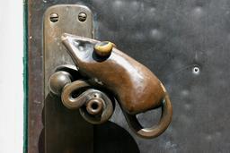 Poignée de porte en forme de souris. Source : http://data.abuledu.org/URI/52ec3702-poignee-de-porte-en-forme-de-souris