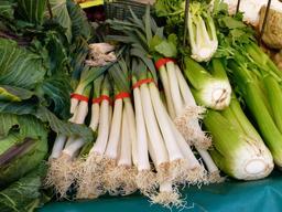 Poireaux et céleri au marché. Source : http://data.abuledu.org/URI/546dac7f-poireaux-et-celeri-au-marche