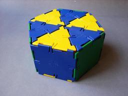 Polyèdre bleu, jaune et vert. Source : http://data.abuledu.org/URI/518039d5-polyedre-bleu-jaune-et-vert