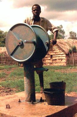 Pompe à main en Somalie. Source : http://data.abuledu.org/URI/53108210-pompe-a-main-en-somalie