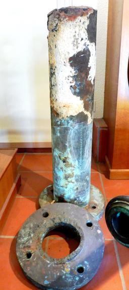 Pompe en provenance des recherches archéologiques à Vanikoro. Source : http://data.abuledu.org/URI/596e3ef0-pompe-en-provenance-des-recherches-archeologiques-a-vanikoro