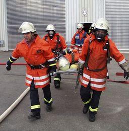 Pompiers transportant une victime. Source : http://data.abuledu.org/URI/47f5cf5c-pompiers-transportant-une-victime