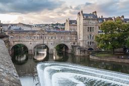Pont avec magasins à Bath. Source : http://data.abuledu.org/URI/55ccc0df-pont-avec-magasins-a-bath