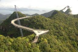 Pont du ciel en Malaisie. Source : http://data.abuledu.org/URI/513a35c1-pont-du-ciel-en-malaisie