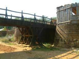 Pont en bois au château de Guédelon en 2005. Source : http://data.abuledu.org/URI/537fbbb6-pont-en-bois-au-chateau-de-guedelon-en-2005