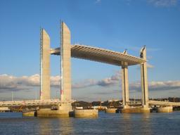 Pont Jacques-Chaban-Delmas levé. Source : http://data.abuledu.org/URI/5148b7e2-pont-jacques-chaban-delmas-leve