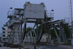 Pont levant de l'écluse à La Rochelle. Source : http://data.abuledu.org/URI/582623bf-pont-levant-de-l-ecluse-a-la-rochelle