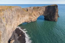 Ponts naturels en Islande. Source : http://data.abuledu.org/URI/54cab0b2-ponts-naturels-en-islande