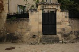 Portail d'entrée d'une cour de maison à Loches. Source : http://data.abuledu.org/URI/55e4194f-portail-d-entree-d-une-cour-de-maison-a-loches