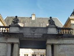 Portail d'hôtel particulier à Dijon. Source : http://data.abuledu.org/URI/5926908e-portail-d-hotel-particulier-a-dijon