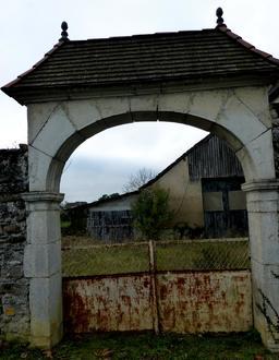 Portail de ferme en pierre en Béarn. Source : http://data.abuledu.org/URI/58669a8c-portail-de-ferme-en-pierre-en-bearn