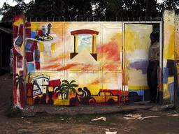 Portail de la maison des deux chemins à Douala. Source : http://data.abuledu.org/URI/52dacc79-portail-de-la-maison-des-deux-chemins-a-douala