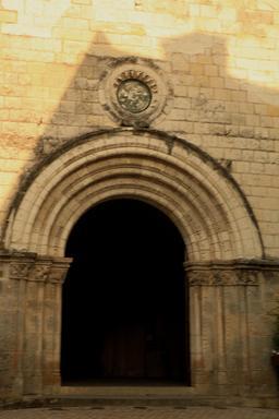 Portail roman à Loches. Source : http://data.abuledu.org/URI/55e43e9c-portail-roman-a-loches