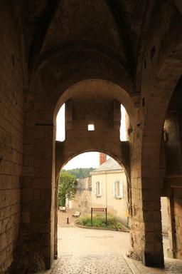 Porte d'entrée dans la cité de Loches depuis l'intérieur. Source : http://data.abuledu.org/URI/55e44606-porte-d-entree-dans-la-cite-de-loches-depuis-l-interieur