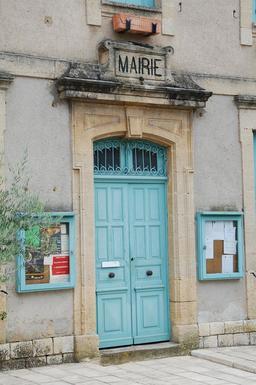 Porte de mairie en bois. Source : http://data.abuledu.org/URI/590a3d82-porte-de-mairie-en-bois