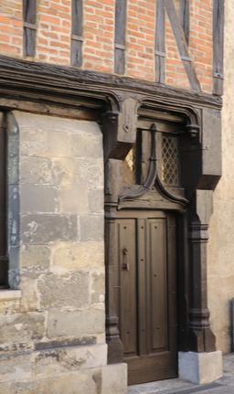 Porte de maison à pans de bois à Amboise. Source : http://data.abuledu.org/URI/55cc5fe2-porte-de-maison-a-pans-de-bois-a-amboise