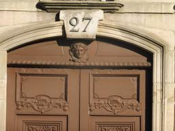 Porte en bois à Dijon. Source : http://data.abuledu.org/URI/59269029-porte-en-bois-a-dijon