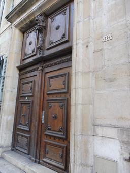 Porte en bois à Dijon. Source : http://data.abuledu.org/URI/592690dd-porte-en-bois-a-dijon