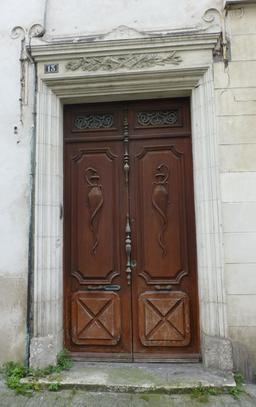Porte en bois à La Rochelle. Source : http://data.abuledu.org/URI/5821ecaa-porte-en-bois-a-la-rochelle