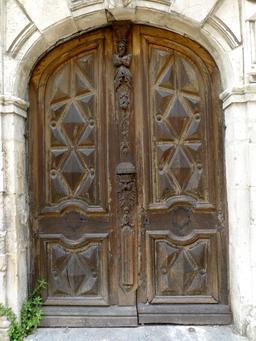 Porte en bois d'hôtel particulier de La Rochelle. Source : http://data.abuledu.org/URI/5821facd-porte-en-bois-d-hotel-particulier-de-la-rochelle