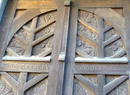 Porte en bois dans le jardin du musée de l'école de Nancy. Source : http://data.abuledu.org/URI/5818f82a-porte-en-bois-dans-le-jardin-du-musee-de-l-ecole-de-nancy