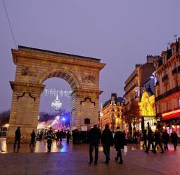Porte Guillaume de Dijon à Noël - 02. Source : http://data.abuledu.org/URI/5856ddd8-porte-guillaume-de-dijon-a-noel-02