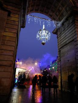 Porte Guillaume de Dijon à Noël - 03. Source : http://data.abuledu.org/URI/5856ddf9-porte-guillaume-de-dijon-a-noel-02