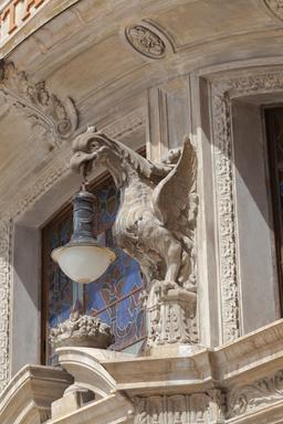 Porte-lampe en pierre au Portugal. Source : http://data.abuledu.org/URI/54cbfb30-porte-lampe-en-pierre-au-portugal