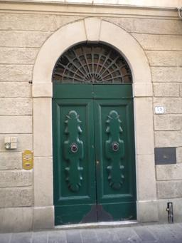 Porte verte en bois sculptée. Source : http://data.abuledu.org/URI/5042696c-porte-verte-en-bois-sculptee