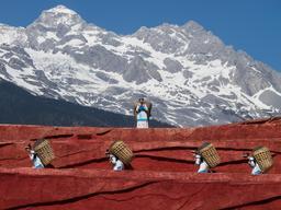 Porteuses de paniers en Chine. Source : http://data.abuledu.org/URI/557a0f0a-porteuses-de-paniers-en-chine