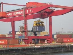 Portique de manutention dans un port. Source : http://data.abuledu.org/URI/56c88634-portique-de-manutention-dans-un-port
