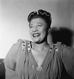 Portrait d'Ella Fitzgerald en 1946. Source : http://data.abuledu.org/URI/58a4cbae-portrait-d-ella-fitzgerald-en-1946