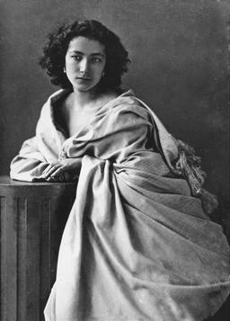 Portrait de Sarah Bernhardt par Nadar en 1864. Source : http://data.abuledu.org/URI/5375264c-portrait-de-sarah-bernhardt-par-nadar-en-1864