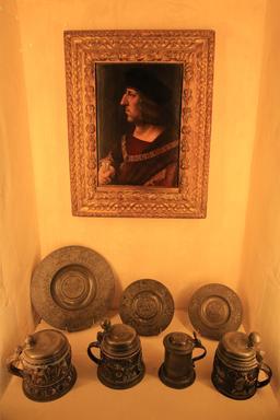 Portrait et vaisselle en étain. Source : http://data.abuledu.org/URI/55cccf13-portrait-et-vaisselle-en-etain