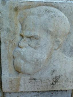 Portrait sculpté au jardin Darcy à Dijon. Source : http://data.abuledu.org/URI/58204181-portrait-sculpte-au-jardin-darcy-a-dijon-