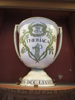 Pot à thériaque de 1782. Source : http://data.abuledu.org/URI/54a7b6a6-pot-a-theriaque-de-1782