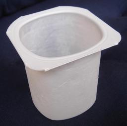 Pot de yaourt vide en polystyrène. Source : http://data.abuledu.org/URI/536109eb-pot-de-yaourt-vide-en-polystyrene