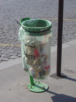 Poubelle publique. Source : http://data.abuledu.org/URI/502cf052-poubelle-publique
